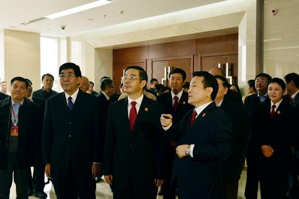 图为周强、巴音朝鲁在吉林省高级人民法院考察信息化建设情况。刘川 摄